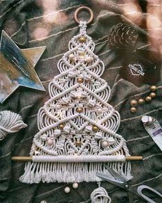 Macramé Christmas Tree – Top Of The World Christmas Tree Tops, Alternative Christmas Tree, Christmas Decorations To Make, Christmas Crafts, Christmas Garlands, Xmas, Macrame Art, Macrame Projects, Macrame Knots