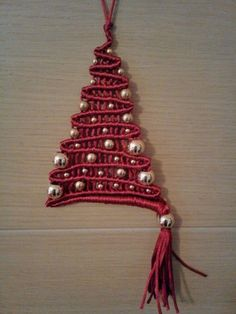 Would make a nice door or wall hanging. Macrame Wall Hanging Diy, Macrame Art, Macrame Projects, Macrame Knots, Micro Macrame, Crochet Projects, Christmas Crafts, Xmas, Christmas Ornaments