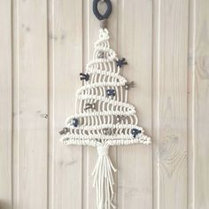 Basic Macrame Knots : Step by Step Guide Macrame Wall Hanging Diy, Macrame Curtain, Macrame Knots, Micro Macrame, Yarn Crafts, Diy And Crafts, Handmade Christmas, Christmas Crafts, Christmas Tree