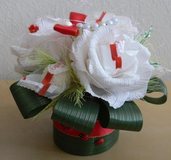 Для любимой девушки хорошим романтическим подарком станет топиарий, выполненный из конфет Рафаэлло