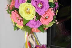 Крона из роз с конфетами