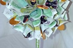Крона из денежных купюр с конфетами