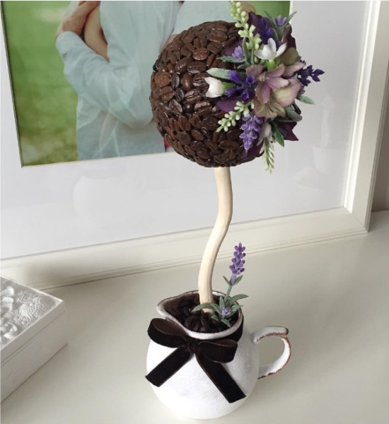 Кофейный топиарий с цветами