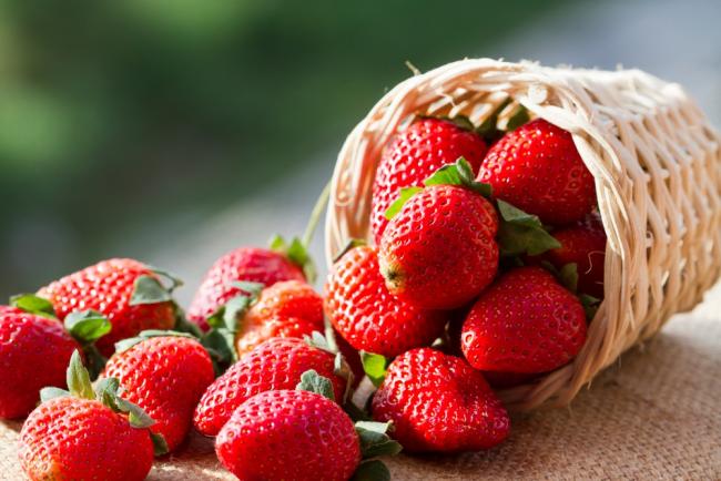 Клубника - наиболее распространенная ягода для создания украшения праздничного стола