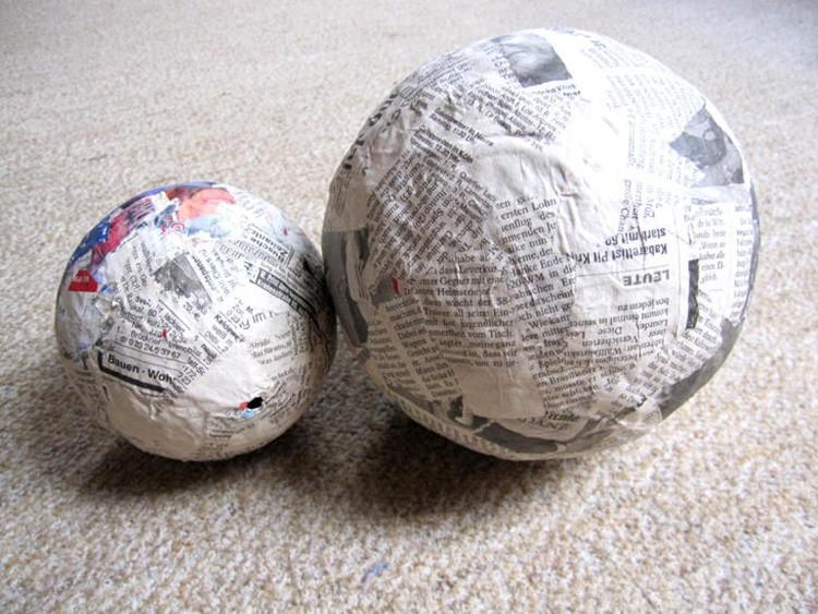 Сделайте шар папье-маше, обклеивая мячик кусочками газет