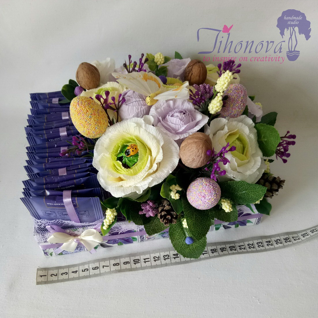 Конфетный букет с пакетиками чая и розами